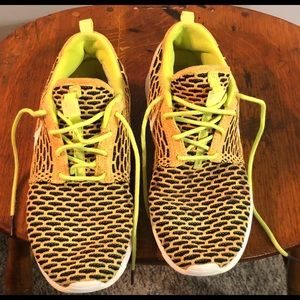 Nike Womens 8 Roshe ONE Flyknit Casual Shoes